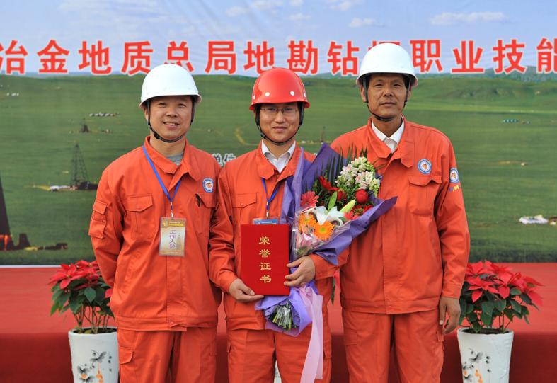 赵万成(左二)